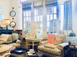 リビング ルームの家具と大きな窓の写真・画像素材[1323803]