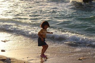 ビーチに立っている少女の写真・画像素材[1397339]