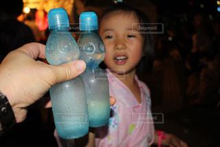 瓶を持って少女の写真・画像素材[1442087]