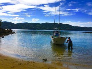 水の体の小さなボートの写真・画像素材[1316403]