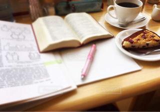 カフェで優雅な勉強タイムの写真・画像素材[1306895]