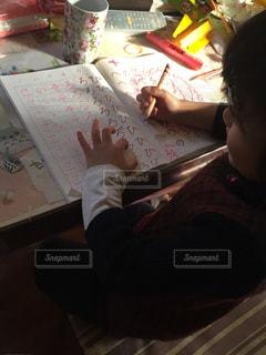 子ども,キッズ,机,勉強,やる気,えんぴつ,自信,ひらがな,むずかしい,でもがんばる,国語力,なぞり書き