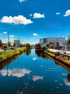 水色の空と川の写真・画像素材[1320125]