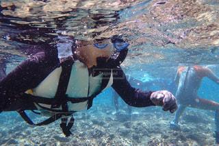 水の中を泳いでいる男の写真・画像素材[2309816]