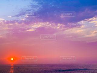 水の体に沈む夕日の写真・画像素材[3002133]