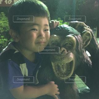 カメラにポーズぬいぐるみを保持している少年の写真・画像素材[1386505]