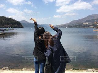 春,湖,雲,親子,晴れ,青空,山,ピースサイン,後姿,旅行,箱根,芦ノ湖