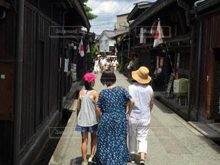 夏,親子,晴れ,青空,後姿,旅行,高山,古い街並み,岐阜県