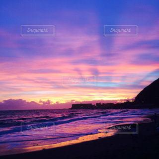 水の体に沈む夕日の写真・画像素材[1310701]