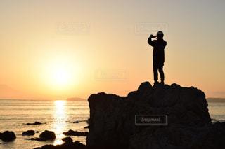 男性,1人,自然,風景,空,太陽,水面,光