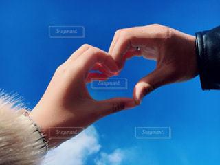 恋人,空,冬,カップル,綺麗,晴れ,青空,晴天,青,手,指,ハート,人物,人,可愛い,ブルー,ラブラブ,快晴,デート,blue,heart,真っ青,マーク,フォトジェニック
