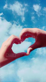 恋人,空,カップル,白,雲,綺麗,晴れ,晴天,青,手,水色,景色,指,ハート,人物,人,可愛い,幸せ,ラブラブ,男女,快晴,素敵,マーク,フォトジェニック