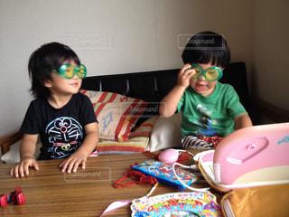 テーブルに座っている小さな子供の写真・画像素材[1363889]