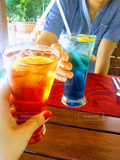 飲み物,カフェ,夏,屋外,赤,ジュース,カラフル,青,暑い,テラス,コップ,レモン,グラス,カクテル,乾杯,飲料,夏バテ,熱中症,水分,カンパイ
