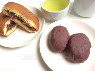 テーブルの上に食べ物のプレートの写真・画像素材[1462993]