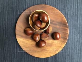 木製のテーブルの上に座ってバナナの写真・画像素材[1488860]