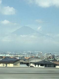 かすんだ夏の富士山=遠い記憶の中のふるさとの写真・画像素材[1415681]