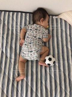 サッカーしながら寝る赤ちゃんの写真・画像素材[1320385]