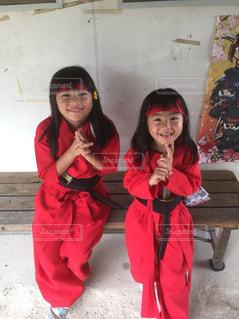 忍者のポーズを取る女の子の写真・画像素材[1592467]