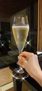 屋内,ガラス,手持ち,人物,ワイン,ポートレート,ドリンク,シャンパン,アルコール,ライフスタイル,手元,飲料,スパークリングワイン,スパークリング,champagne,sparkling