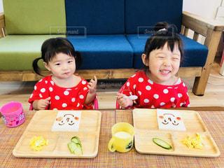 食事,朝食,スマイル,女の子,人物,人,笑顔,可愛い,kids,朝ごはん,おいしい,1歳,お揃い,いただきます,なかよし,3歳,お揃いコーデ,朝ごパン