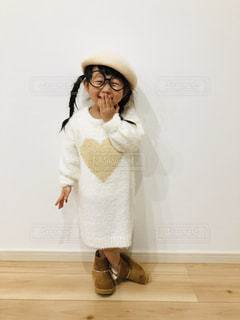 ファッション,ワンピース,スマイル,女の子,ベレー帽,人物,人,笑顔,可愛い,kids,丸メガネ,3歳,冬コーデ,ホワイトコーデ,kidsfashion