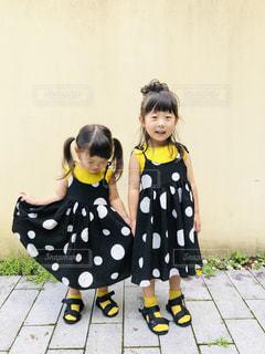 黄色いシャツを着た小さな女の子の写真・画像素材[2380281]