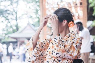 建物の前に立っている女性の写真・画像素材[1325923]