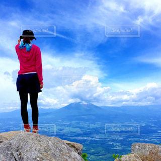 真っ青な空に溶けてしまいそうな山の頂上にての写真・画像素材[1325288]