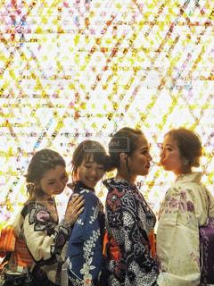 お互いの周り立っている人々 のグループの写真・画像素材[1369105]