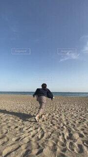 自然,海,空,屋外,砂,ビーチ,雲,海岸,走る,人物,人,疾走,全力,駆け出し,パーソン