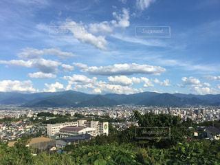 背景の山と都市のビューの写真・画像素材[1394370]
