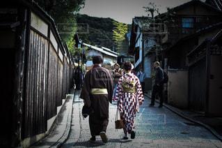 歩道を歩く女と男の写真・画像素材[1593407]