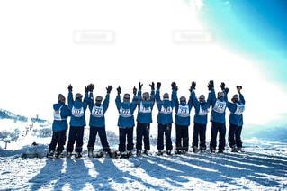 雪の中に立っている人のグループの写真・画像素材[1658394]