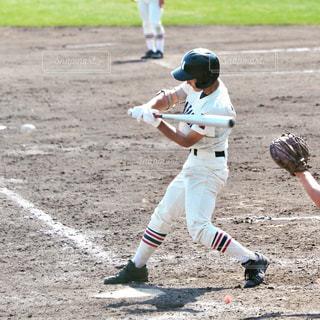 ボールにバットを振る野球選手の写真・画像素材[1329700]
