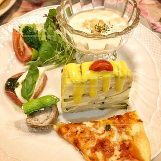 おうちごはん,食事,晩ご飯,カプレーゼ,手作りピザ,お誕生日ごはん,にんじんムース,ズッキーニのトルティージャ,ポークロール