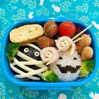 青い皿の上の食べ物のボウルの写真・画像素材[2763268]