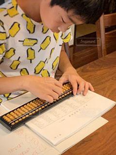 屋内,室内,勉強,少年,自宅,そろばん,自習,学習,珠算,特訓,試験前,段位,自宅学習,目指せ段位,全集中