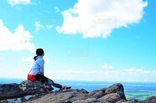 ハイキングで休憩する女性の写真・画像素材[3635659]