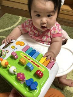 ピアノ,赤ちゃん,おもちゃ,びっくり顔,音にビックリ