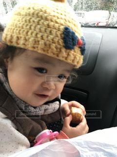 車の中の小さな子供の写真・画像素材[2792462]