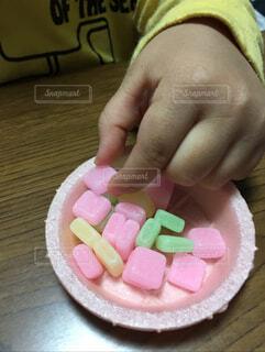 子ども,食べ物,手持ち,おやつ,人物,幼児,ポートレート,ライフスタイル,キャンディ,手元,つまむ