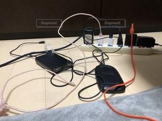 テーブルの上のコンピューターのマウスの写真・画像素材[1786592]