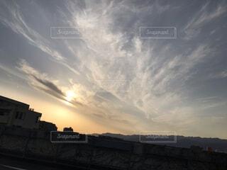 都市に沈む夕日の写真・画像素材[4156154]