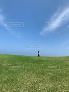 女性,自然,風景,芝生,屋外,青空,散歩,景色,草,爽やか,初夏,レジャー,お散歩,ライフスタイル,開放感,おでかけ,旅先,日中,一人散歩