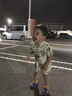 駐車場に立っている少年の写真・画像素材[1367557]