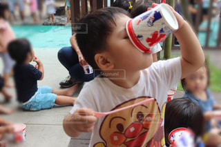 テーブルに座っている小さな男の子の写真・画像素材[1367567]