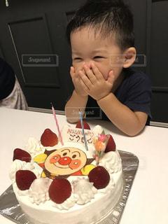 バースデー ケーキでテーブルに座って若い男の子の写真・画像素材[1371187]