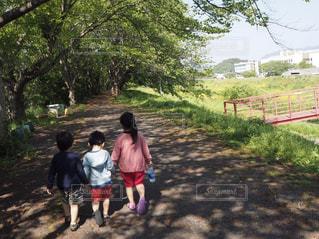土の道を歩いている小さな女の子の写真・画像素材[2091576]