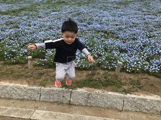 歩道に立っている少年の写真・画像素材[2091615]
